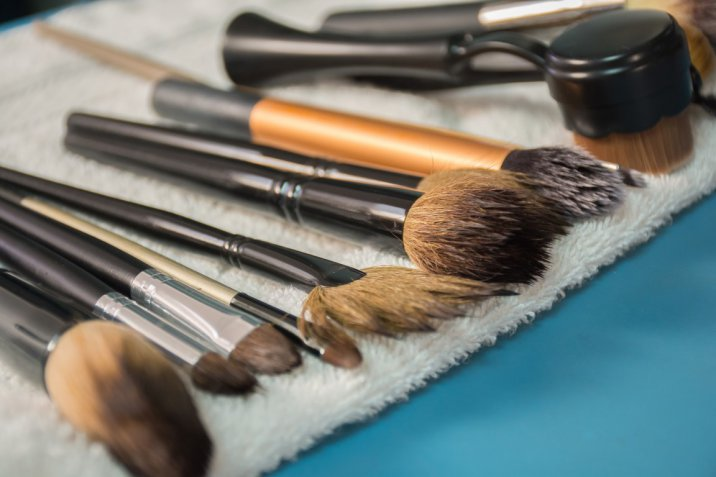 Come lavare i pennelli del trucco per averli come nuovi, il video tutorial facile da seguire