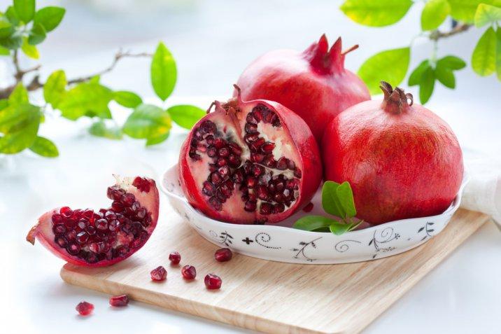 Come mangiare la melagrana tagliando e sgranando bene il frutto