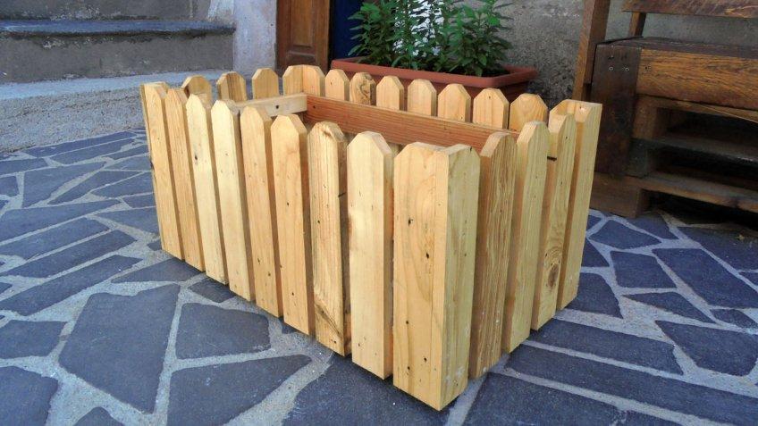 Affordable fioriera in legno con materiali di recupero for Costruire fioriera legno