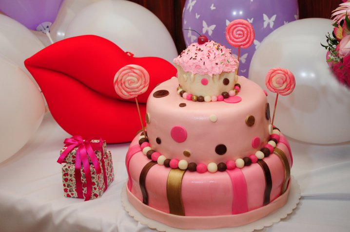 Decorare le torte di compleanno con la pasta di zucchero, come fare in 3 passaggi