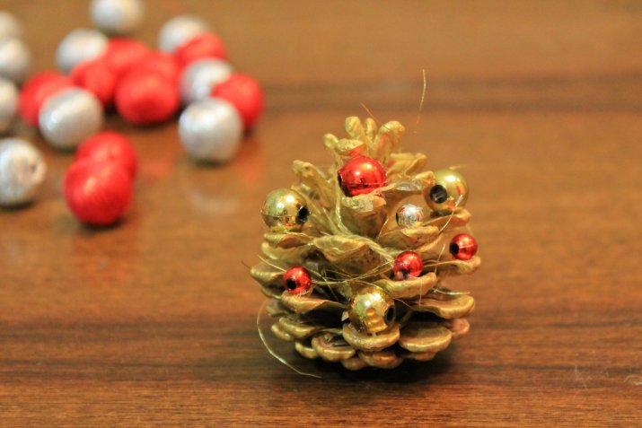 Lavoretti di Natale con le pigne, 7 decorazioni facili e graziose