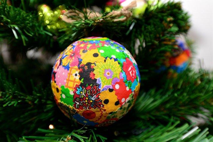 palline natale decoupage, decorare palline natale, palline natale polistirolo