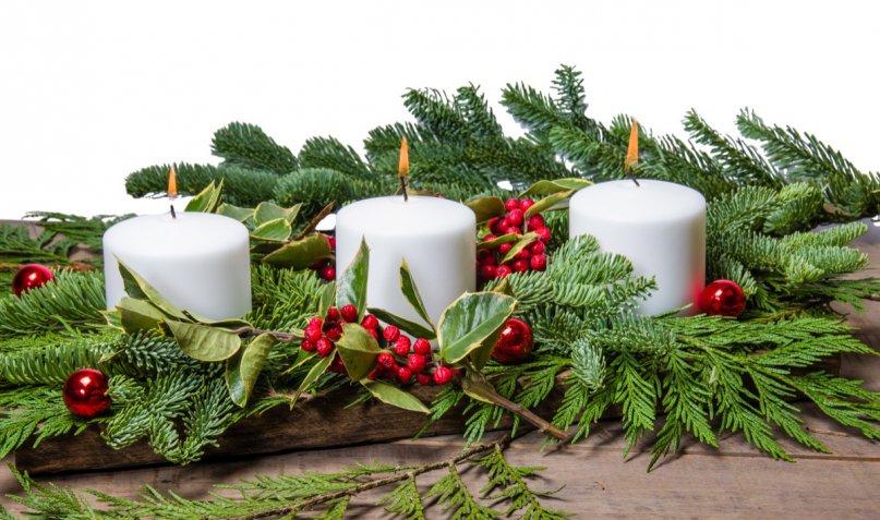 Centrotavola di Natale e Capodanno: 5 idee con fiori freschi e bacche