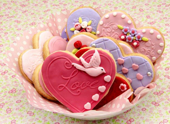 Biscotti a forma di cuore, le decorazioni più romantiche con pasta di zucchero e ghiaccia reale