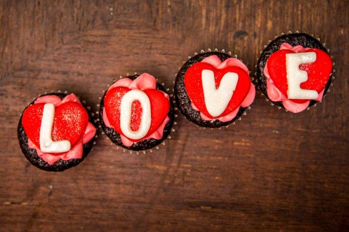 Cupcake romantici, le decorazioni in pasta di zucchero più belle per San Valentino