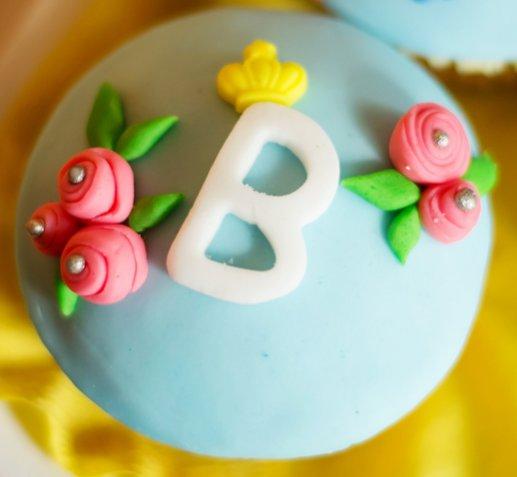 Decorare le torte con la pasta di zucchero, 5 idee allegre con le lettere