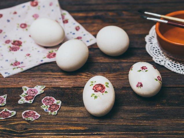 Decorare le uova di polistirolo con il decoupage facile