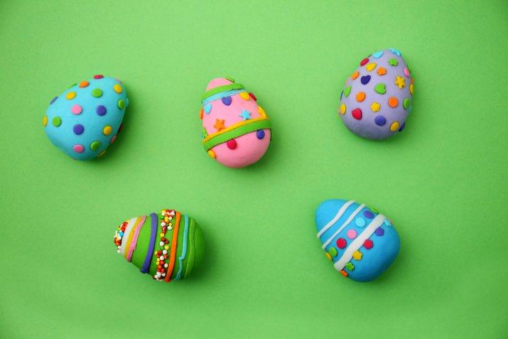Uova di Pasqua decorate con la pasta di zucchero, le idee per personalizzarle