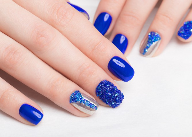 Le 5 nail art in blu elettrico per l'estate | DonnaD