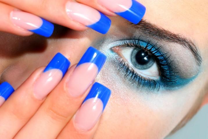 La nail art in blu elettrico con 5 decorazioni di tendenza per l'estate