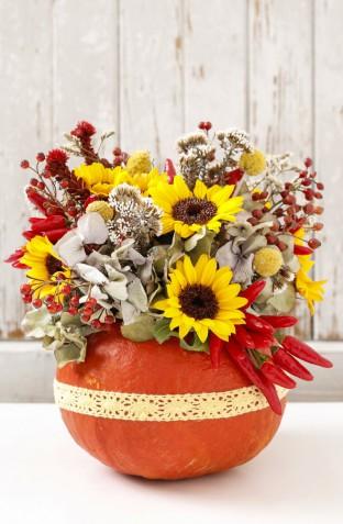 Decorare le zucche secche, 5 composizioni con fiori e foglie che vorrai fare subito
