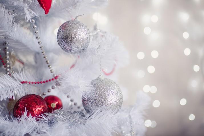 Albero di Natale bianco e rosso: 5 idee belle e raffinate