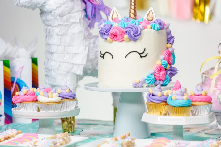 Torta unicorno arcobaleno, come fare la decorazione con 7 idee facili