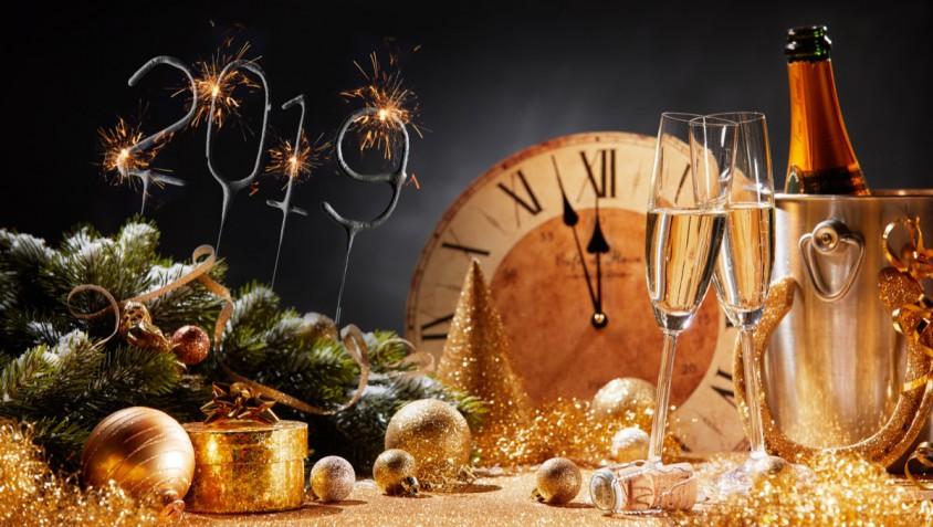 Come apparecchiare e decorare la tavola a Capodanno: 5 soluzioni per renderla elegante