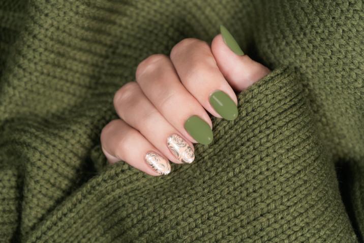 Nail art in verde militare: 7 decorazioni da provare