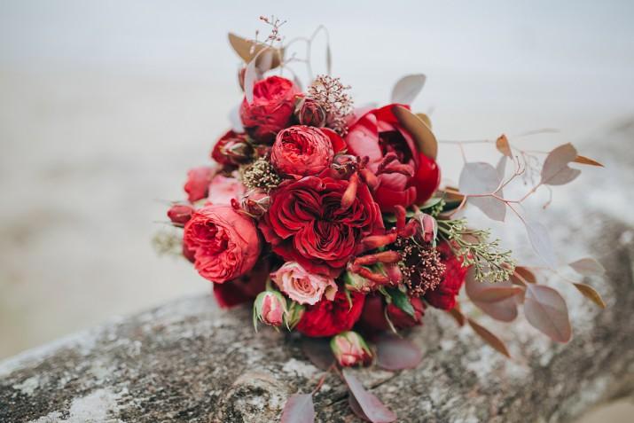 Bouquet sposa con rose rosse: 9 composizioni che conquistano