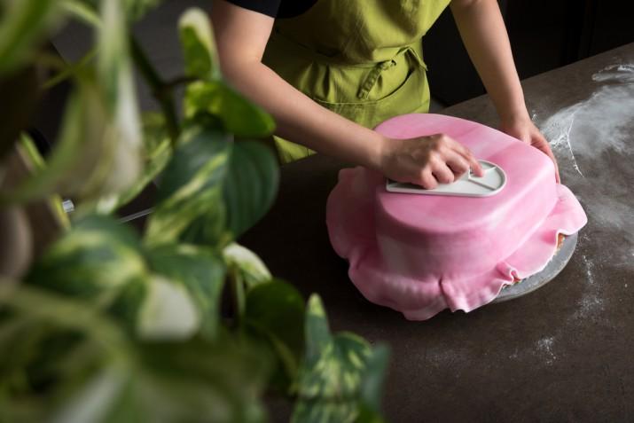Come rivestire una torta a forma di cuore con la pasta di zucchero
