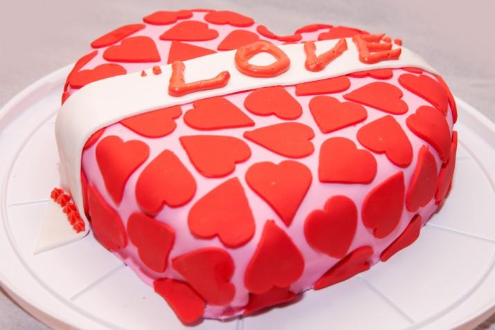 Torta a forma di cuore in pasta di zucchero: 7 decorazioni da copiare