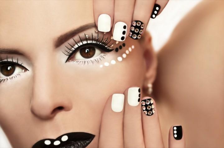 Le 10 nail art con brillantini e glitter per unghie come gioielli