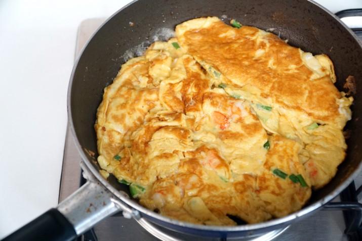 Come fare una frittata di uova e il trucco per girarla senza farla cadere