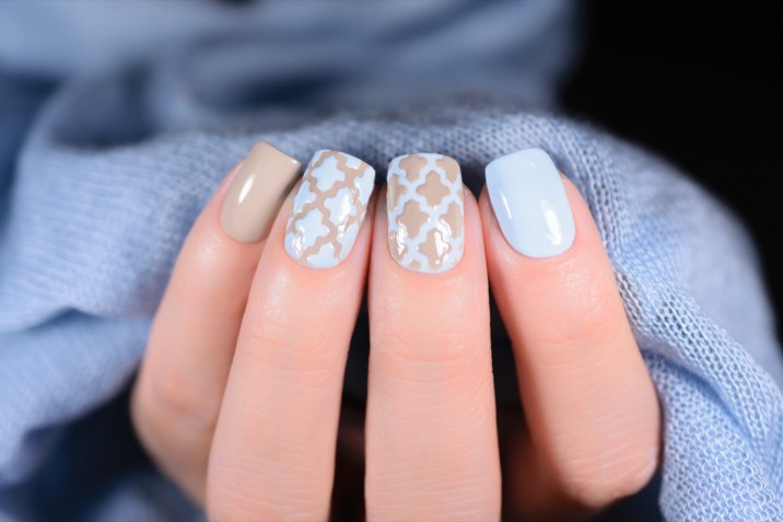 Decorazione unghie: le 10 nail art in colori chiari da provare