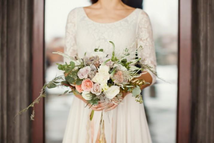 Bouquet sposa messy: 15 foto con i mazzi asimmetrici di tendenza