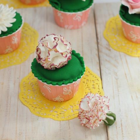 Cupcake decorati con i fiori in pasta di zucchero: 11 foto a cui ispirarsi