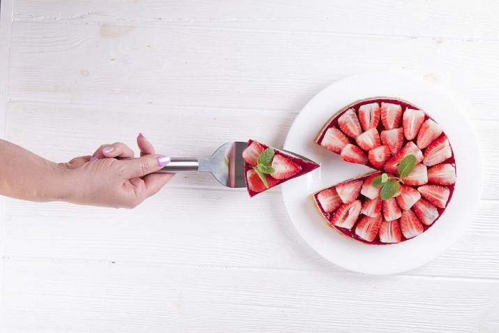 Decorazioni con le fragole sulla torta: 11 foto per disporre i frutti decorativi