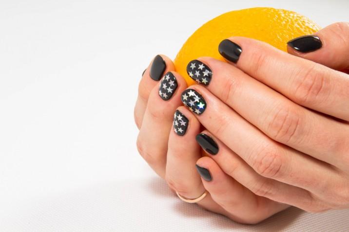Le nail art con stelle più belle per l'estate