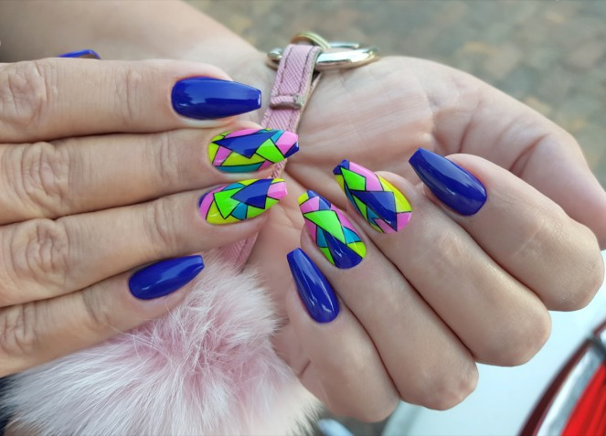 Nail art fluo: 7 idee colorate per le unghie