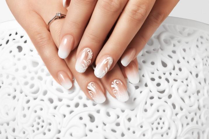 Nail art con il bianco: tante idee in sfumature latte, gesso e perlato