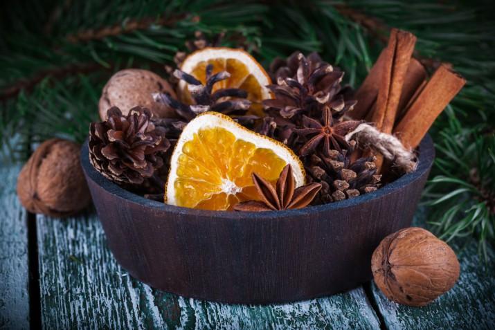 Decorazioni natalizie con arance e spezie: 7 addobbi profumati che vorrai fare subito