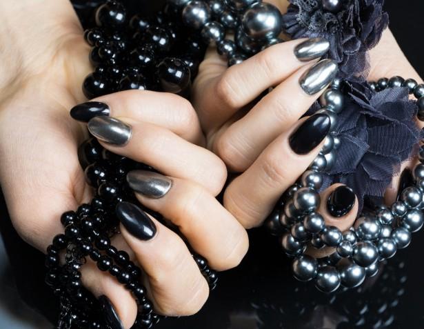 Nail art in nero e argento: 9 idee da copiare
