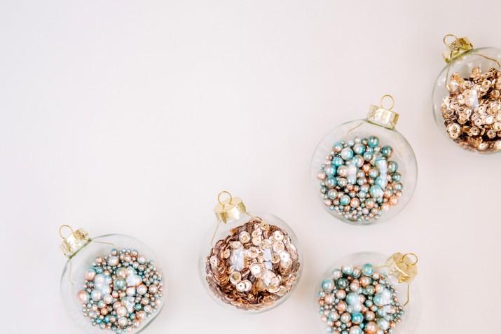 Palline di Natale trasparenti apribili: come decorarle con 9 idee creative