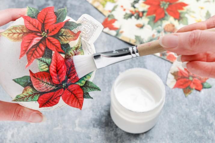 Palline di polistirolo: il tutorial per decorarle con il decoupage con i tovaglioli natalizi
