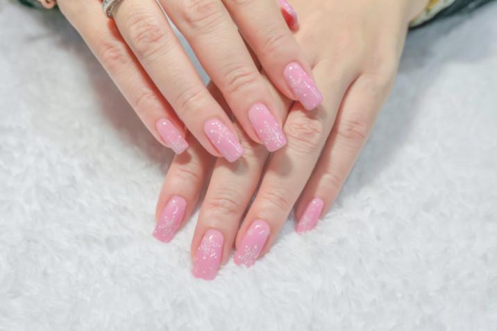 Fiocchi di neve nail art: 7 decorazioni unghie a tema invernale