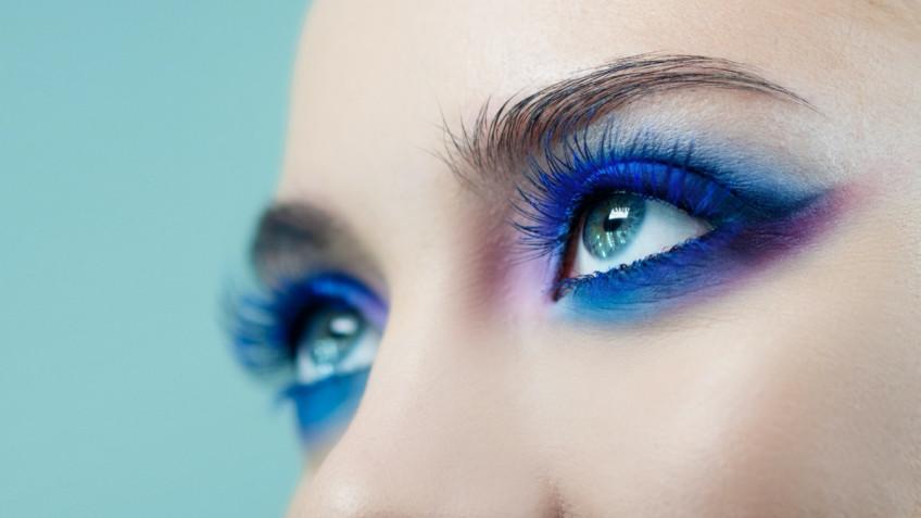 Trucco occhi in blu elettrico: 7 make-up da provare