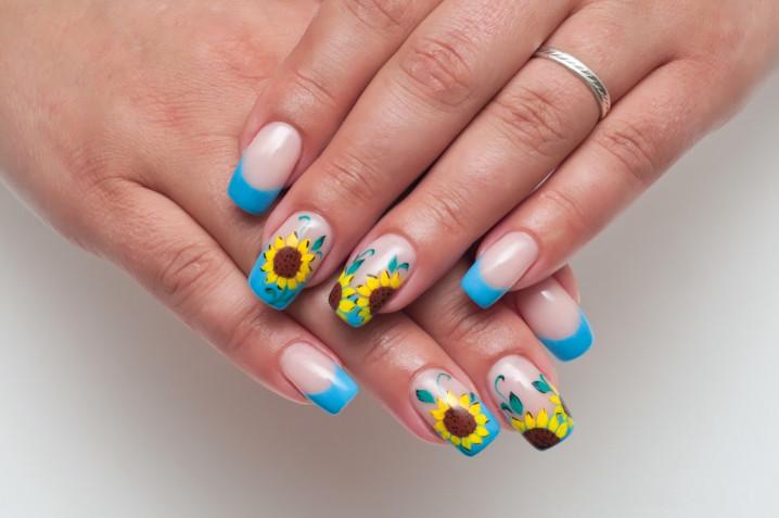 Nail art semplici con i fiori: 7 decorazioni da provare