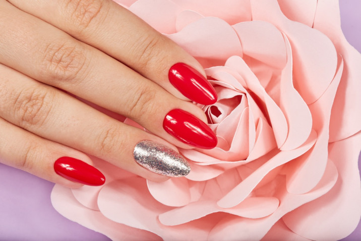 Unghie rosse e nere o argento: 7 nail art belle