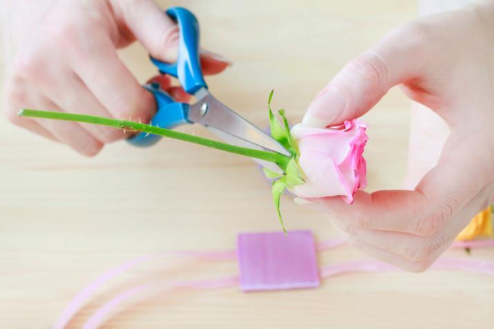 Braccialetti con fiori veri: come fare il corsage per il matrimonio