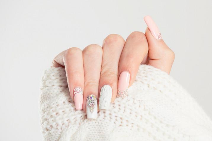 Decorazioni unghie con i brillantini: 7 nail art scintillanti