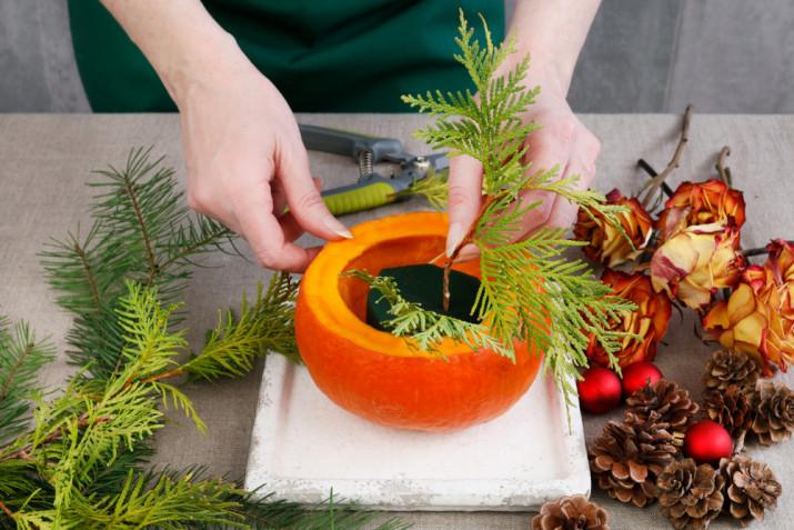 Centrotavola natalizio fai da te: come farlo con le pigne e la zucca