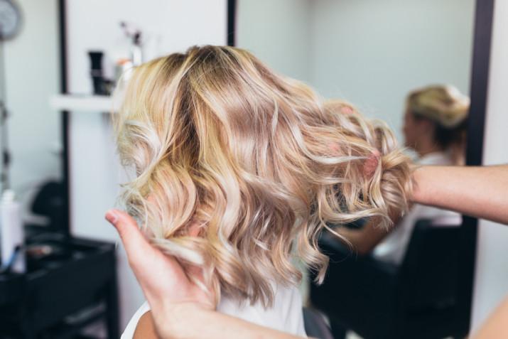 Come schiarire i capelli senza danneggiarli