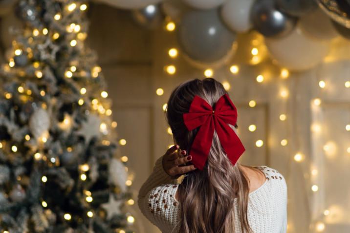 Acconciature glam per le feste di Natale 2020: 5 hairstyle da fare a casa