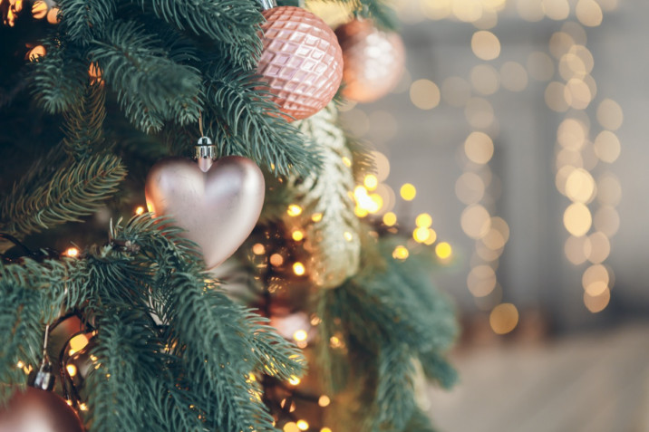 Albero di Natale decorato in bianco e oro: 5 idee da rivista da copiare