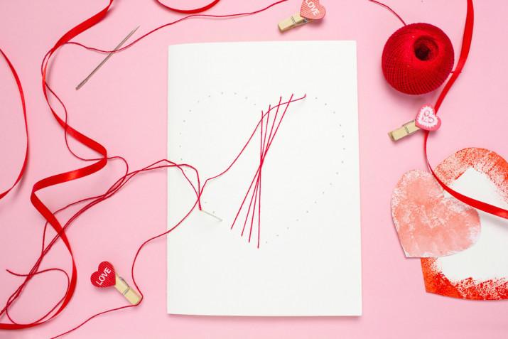 Biglietto San Valentino fai da te: l'idea con il ricamo su cartoncino