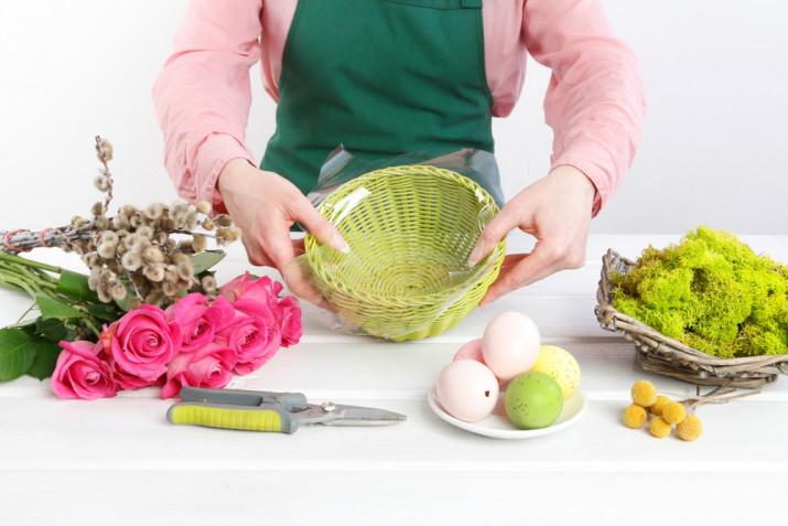 Centrotavola di Pasqua fai da te con fiori freschi: come farlo con la spugna