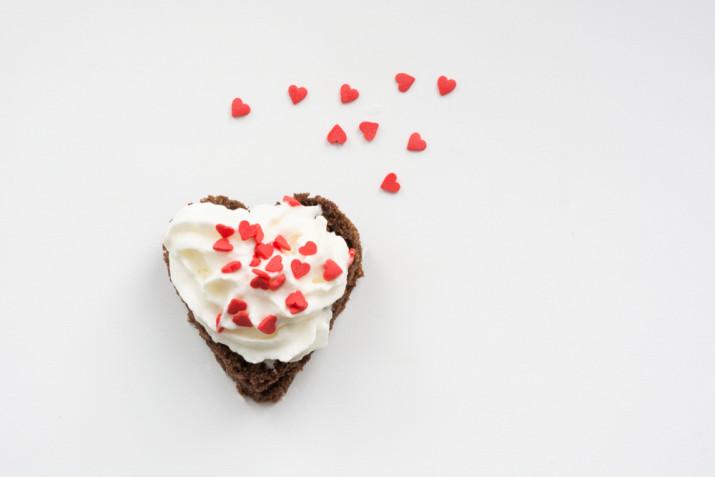Torte a forma di cuore decorate con panna: 9 idee romantiche