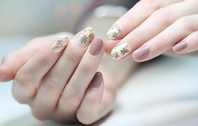 Nail art in colori neutri: 5 idee per una manicure naturale