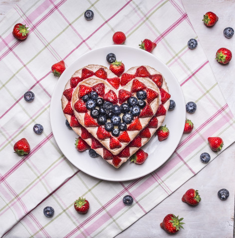 Torte a forma di cuore decorate con fragole: 7 idee per le decorazioni